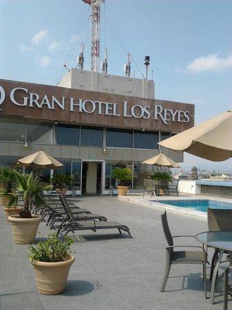 Best Western Gran Hotel Centro Historico:                   Area de la alberca y al fondo el bar.
