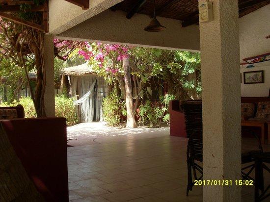 Hotel Mermoz on the beach:                   Le bar et l'entrée du restaurant