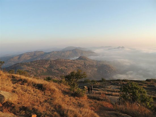 Chikkaballapur, อินเดีย:                   While going down, the twin hill at far on right is Kaurav Kund
