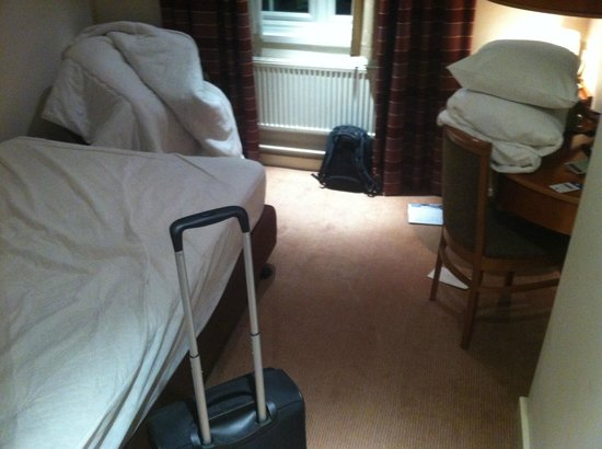 The Airport Inn Manchester: this is exactly how it looks when I walk in my room -shocking