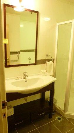 """Chateau Tongariro Hotel: La camera dopo la sostituzione """" Bagno """""""