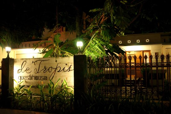 de' Tropis Guest House:                                     front