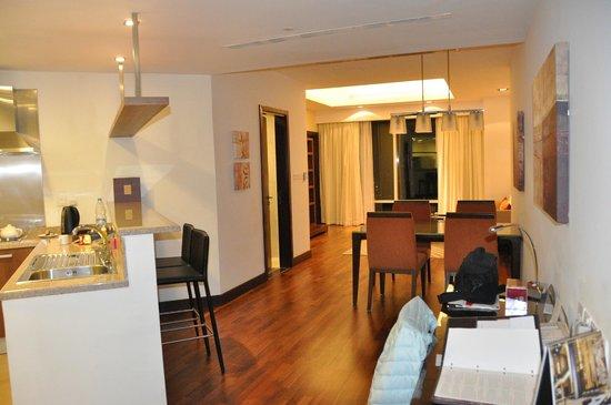 Fraser Suites Dubai:                   cuisine équipée et salle à manger