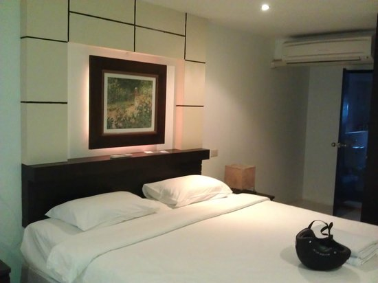New International Guest House Phuket: bed