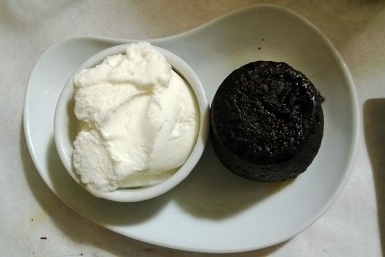 Sidika Meze Besiktas: tortino al cioccolato con gelato di vaniglia