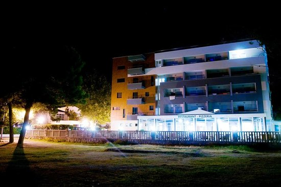 Hotel Plaza Omis: Night view of the hotel