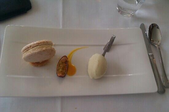 La Rotonde :                   le dessert macaron ( menu homard)