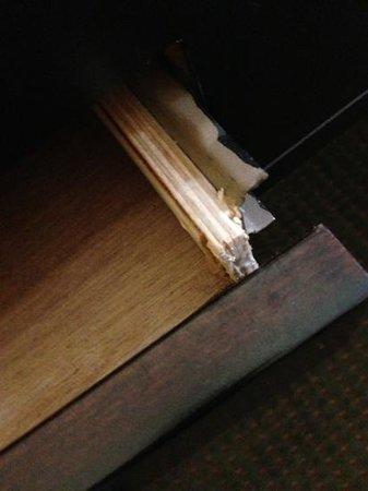 La Quinta Inn & Suites Alamo - McAllen East:                   Broken desk drawer.