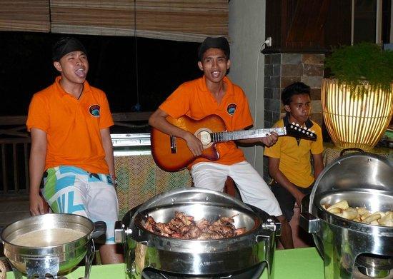 Bastianos Lembeh Dive Resort:                                     Rio und Kollegen singen beim Dinner
