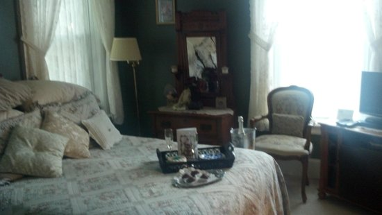 Cloran Mansion Bed & Breakfast :                   Welcome to John's room