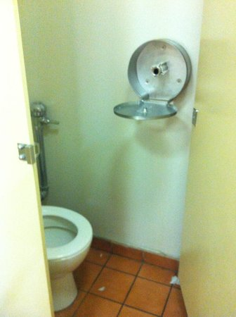 King Street Backpackers: toilet with empty toilet roll