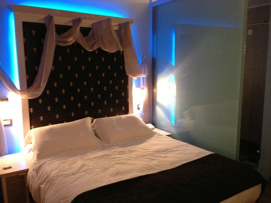 Fatma Hanoum Boutique Hotel: Night time bed lights