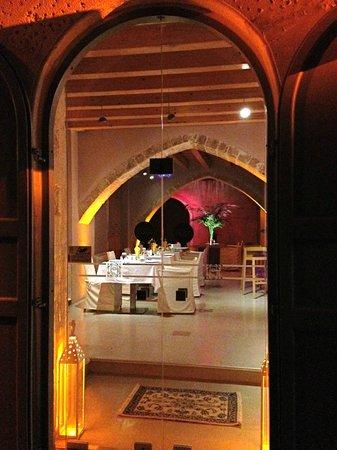 Fatma Hanoum Boutique Hotel: Breakfast area and bar.