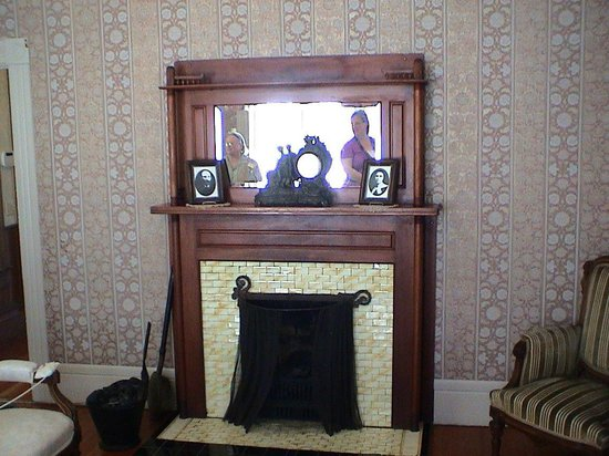 Hughes Historic House: Fireplace in the sitting room