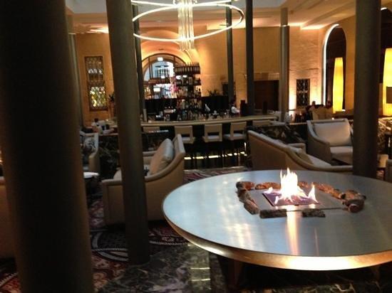 Steigenberger Grandhotel Handelshof: offener Kamin, bei 0 grad Außentemperatur schöne Atmosphäre