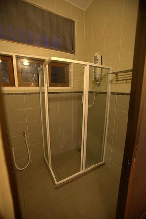 Anjungan Beach Resort & Spa: small shower cubicle