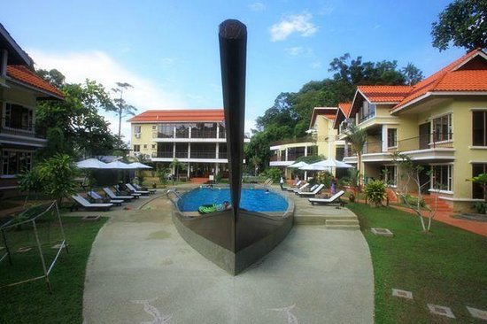 Anjungan Beach Resort : the ship shaped pool