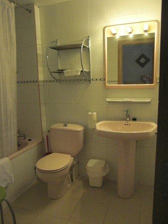 Apartamentos Turisticos Manzano: manzano bathroom