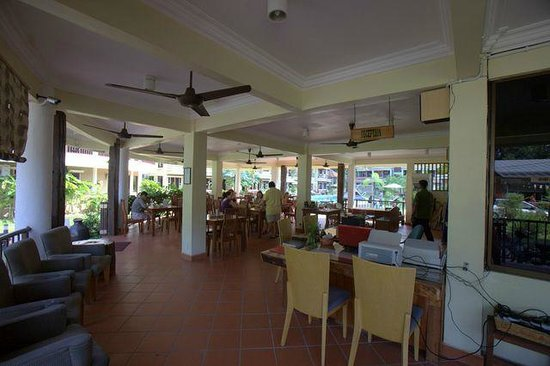 Anjungan Beach Resort: restaurant and lobby area
