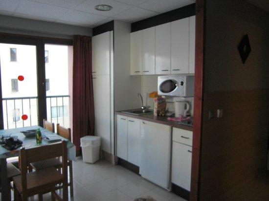 Apartamentos Turisticos Manzano: manzano kitchen area