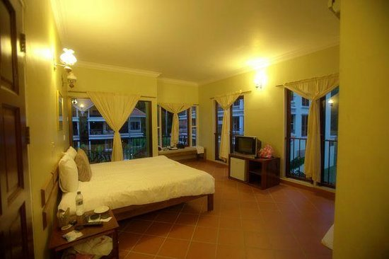 Anjungan Beach Resort : lovely room with lots of windows