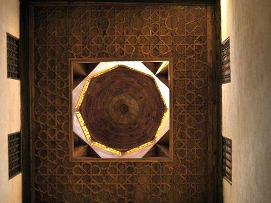 Bayt Al-Suhaymi:                   Decke des Haremsraumes, vertikal nach oben fotografiert