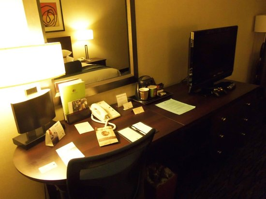 DoubleTree by Hilton Hotel Norwalk: the work desk
