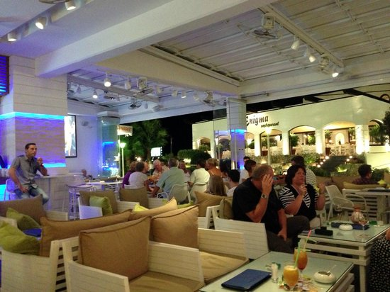 Pefkos Beach Hotel:                   Inside the Nostelgia Bar at the Pefkos Beach Hotbal