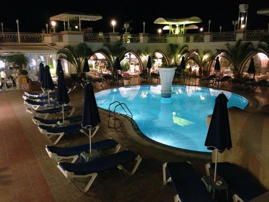 Pefkos Beach Hotel:                   A Night time view of the bottom pool and Nostelgia Restaurant