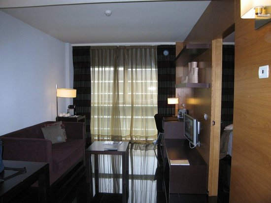 Hesperia Fira Suites: Main room