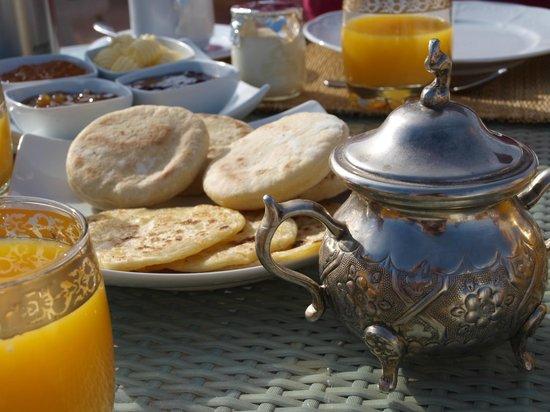 Riad Charai: Petit déjeuner sur la terrasse !