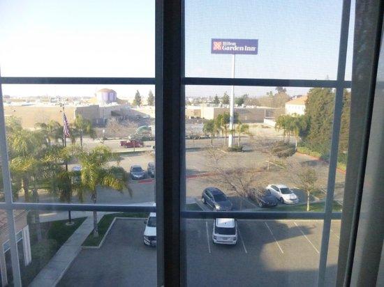 Hilton Garden Inn Bakersfield: Our view was the parking lot
