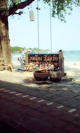Vongdeuan Resort:                   around the beach