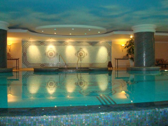 The Ritz-Carlton, Istanbul : Indoor pool in the hotel and spa
