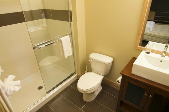 Les Suites de la Gare by Location ADP Tremblant: 2nd bathroom in mezzanine condos