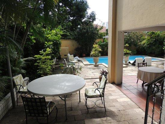 Chez les Rois: Espaço para trabalhar e relaxar próximo à piscina