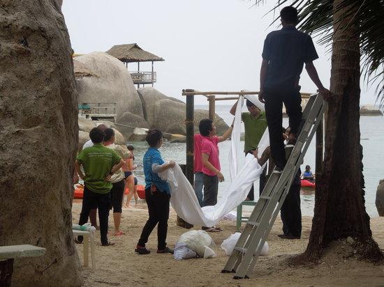 Jansom Bay : charm churee staff setting beach up for a wedding