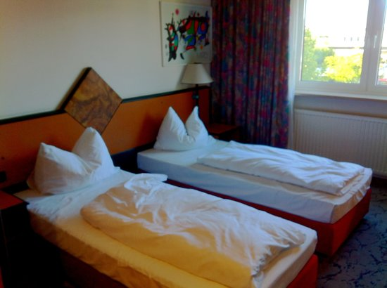 H+ Hotel Stuttgart Herrenberg: twin beds