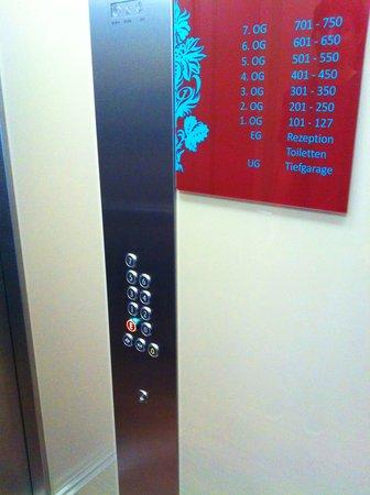 Motel One Stuttgart: elevator