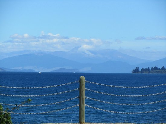 Waterside Restaurant & Bar:                                     View of Lake Taupo