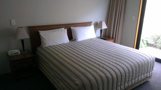 Garden Court Suites & Apartments : King Zip - 1 Bedroom (Courtyard)