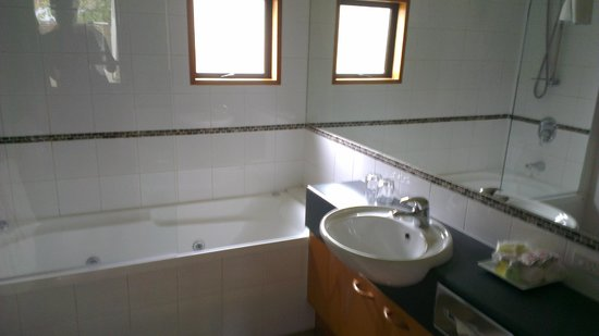 Garden Court Suites & Apartments : Bathroom - 1 Bedroom (Courtyard)