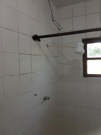Pousada Alcobara:                   banheiro muito ruim! chuveiro com fios aparentes e cortina velha e manchada.
