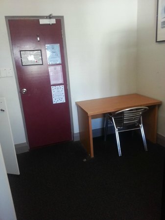The Emperor's Crown Hostel: Study table and entrance door