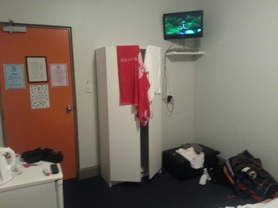The Emperor's Crown Hostel: Single private room wardrobe and TV
