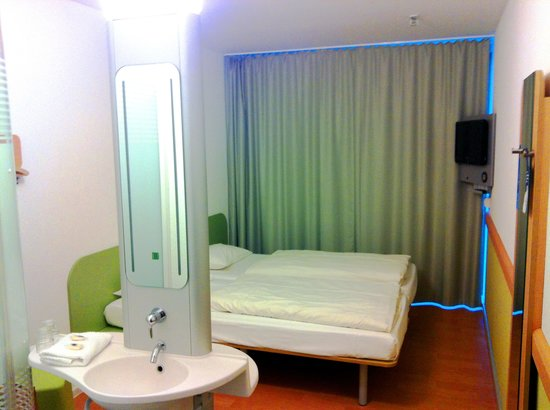 Ibis Budget Dresden City: wash sink and bed