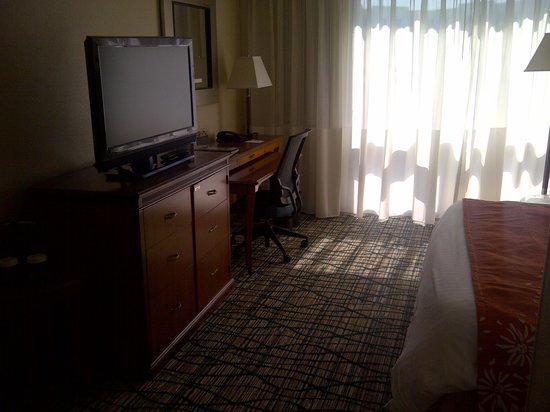 Miami Airport Marriott: TV and Desk