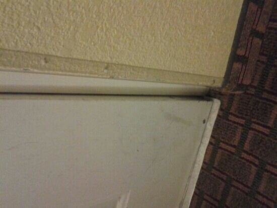 Days Inn & Suites by Wyndham Downtown Gatlinburg Parkway:                   door will not close all the way at the bottom