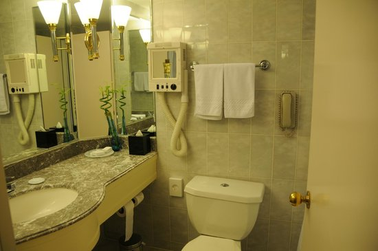 Conrad Istanbul Bosphorus: bath