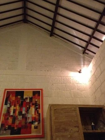 Padang Padang Breeze Homestay & Waroeng :                   tall ceilings in the rooms.
